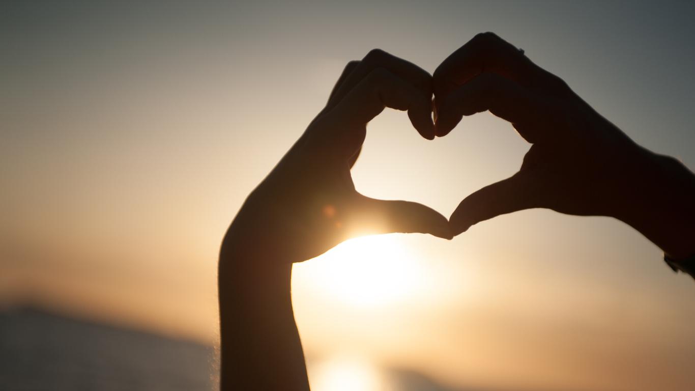 Hearts-hands-beach-sunset-canva