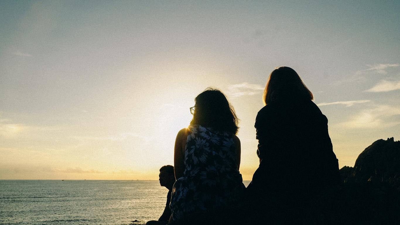 sunset-friends-two-woman-canva